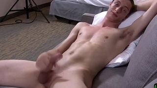 Solo army stud jerks his bigcock on the couch
