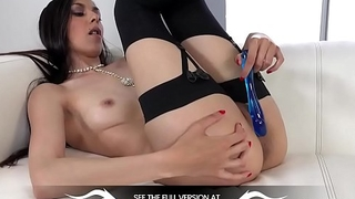 Wetandpuffy - Sexy babe Ashley Ocean orgasms while toying a purple vibrator